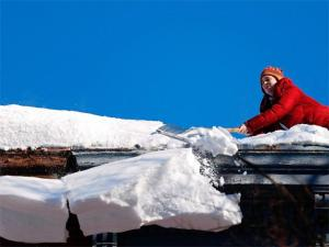 clearing-snow-off-roof